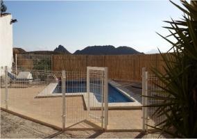 Vistas de la piscina vallada en el exterior