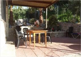 Vistas del porche en la zona exterior con mobiliario