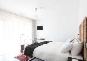 Dormitorio con jardín