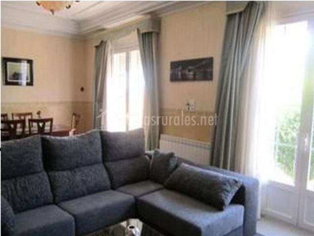 Salón de la casa con sofá y terraza