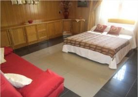 Dormitorio de matrimonio con sofá