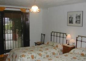 Dormitorio de matrimonio con amplio ventanal