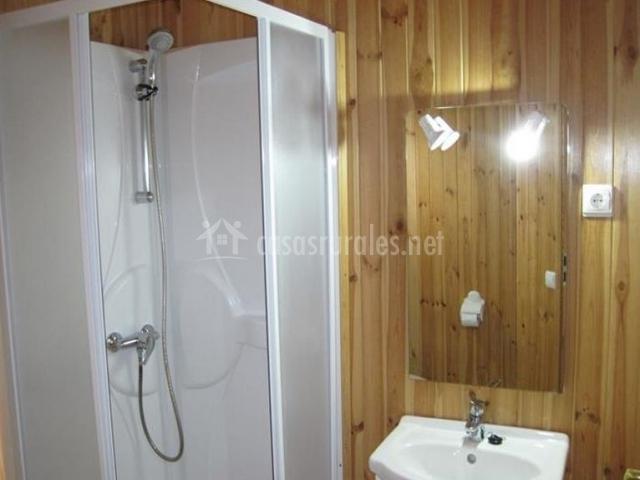 Aseo con ducha y espejo