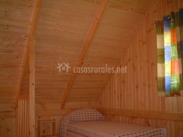 Dormitorio doble abuhardillado con ventana al exterior