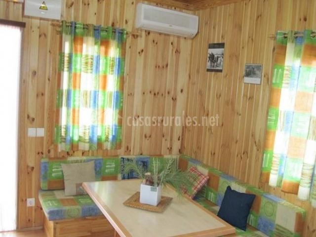 Salón comedor con amplia mesa de madera