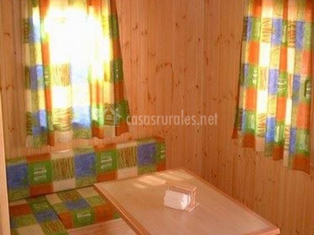 Salón tapizado con tela de cuadros