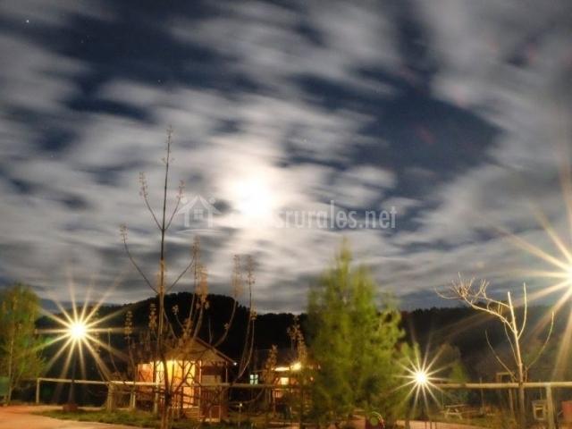 Vistas de las cabañas iluminadas