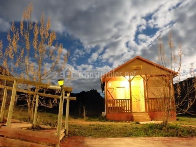 Vistas de una de las cabañas por la noche