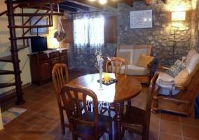 Salón-comedor con sofás y mesa redonda para 4