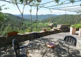 Terraza con mesa de piedra