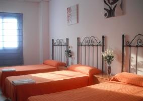 Dormitorio con camas naranjas