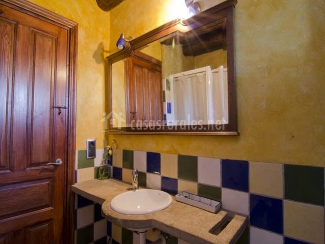 Baño de colores con ducha Casa de Vino