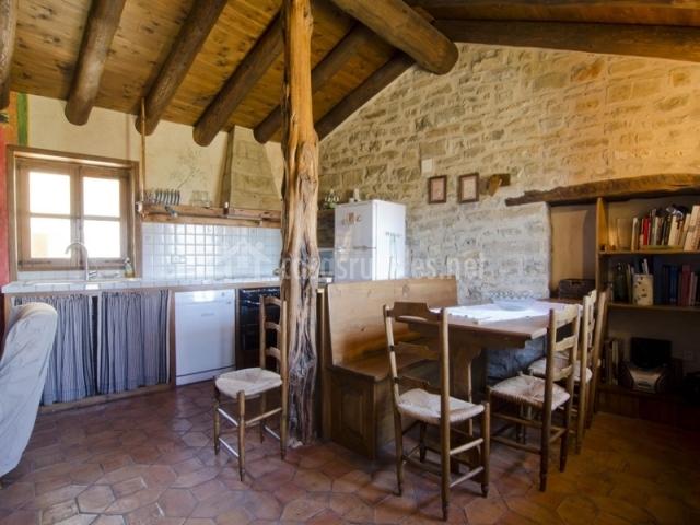 Comedor y vista de la cocina Casa de Vino