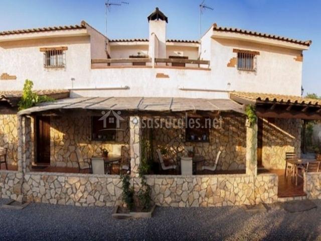 los porches de las casas con piedra y mobiliario