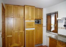 Cocina de la casa con armarios de madera.JPG