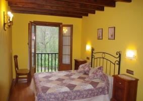 Dormitorio de matrimonio con sus balcones