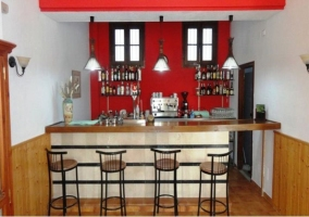 Bar con pared rojo