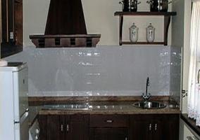 Nevera y lavadora en la cocina rústica