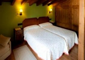 Dos camas, sofá y alfombra