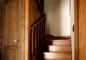 Escaleras y puerta de madera
