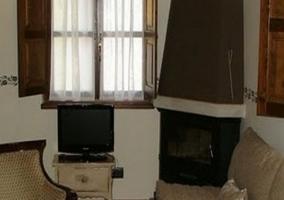 Sofá, chimenea y televisión