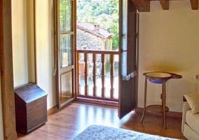 Cama, sofá y ventana abierta