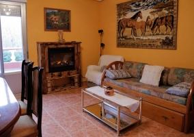 Salón con chimenea y mobiliario en madera