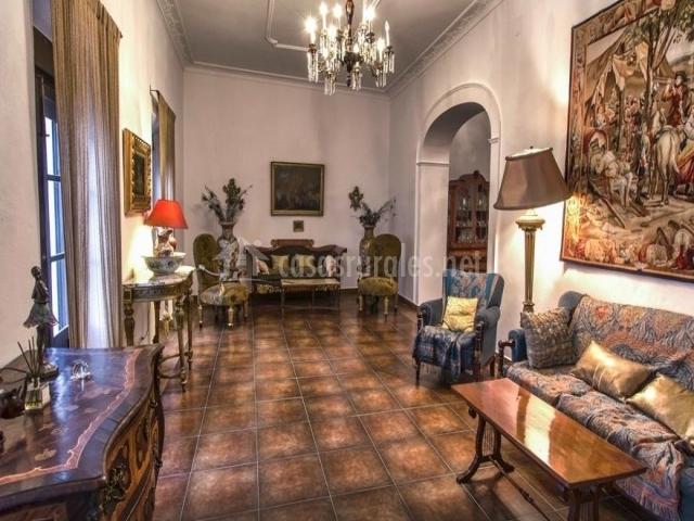 Salón con cuadro y mobiliario antiguo