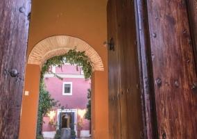 Puerta de acceso con arco