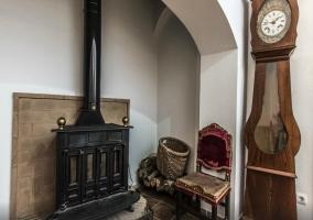 Sala de estar con chimenea y reloj