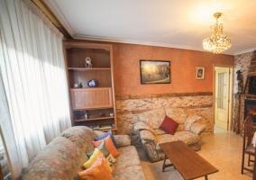 Salón de la casa con chimenea en espacio común