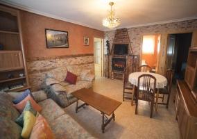Salón de la casa con sofás y mesa auxiliar