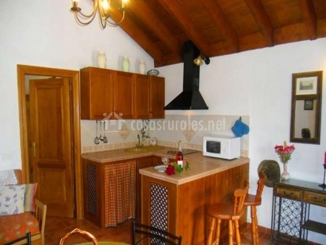 Cocina con techo abuhardillado de madera