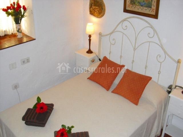 Cama con toallas y pequeños detalles románticos