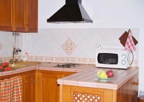 Cocina equipada con electrodomésticos y menaje