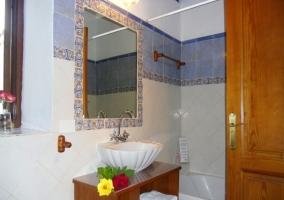 Cuarto de baño con bañera, decorado