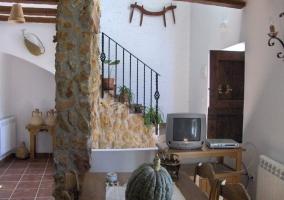 Salón comedor con chimenea y sofás