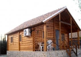 Fachada de la cabaña con porche