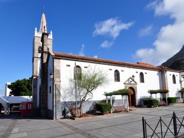Tejina con su iglesia