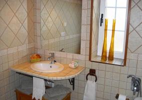 Amplio cuarto de baño renovado