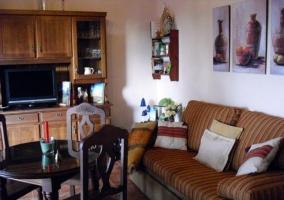 Salón-comedor con muebles de madera