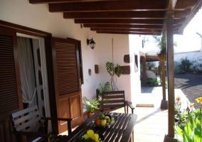 Terraza equipada con muebles de jardín