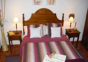 Toallas y pequeños detalles encima de la cama