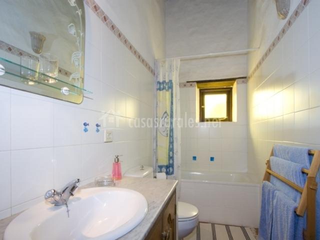Cuarto de baño con toallero