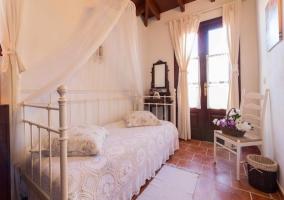Habitación blanca iluminada