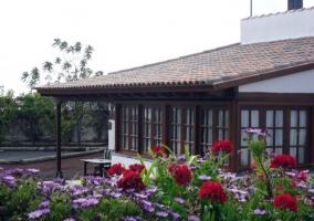 Amplio jardín que rodea toda la casa