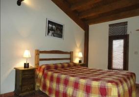 Dormitorio doble con cama grande de la casa rural