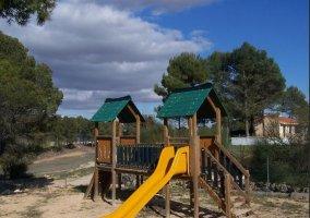 Parque infantil con tobogan de la casa rural