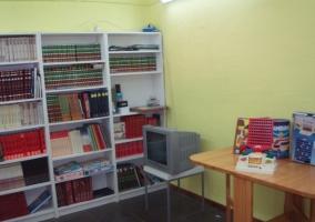 Biblioteca con libros y enciclopedias