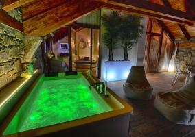 Bañera con jacuzzi en la terraza